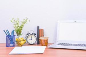 ordinateur portable et fleur sur le bureau