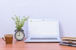 ordinateur portable et tasse sur le bureau