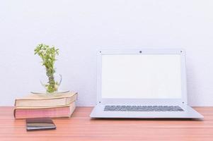 ordinateur portable et livres sur le bureau
