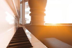 la lumière du soleil sur un piano