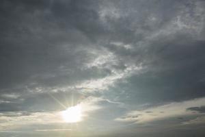 nuages d'orage avec la lumière du soleil photo
