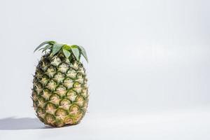 ananas sur fond blanc photo