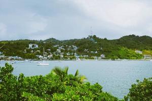 voilier dans les eaux tropicales photo