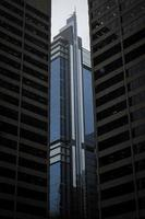 Immeuble de grande hauteur blanc et noir photo