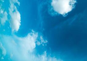 nuages duveteux et un ciel bleu
