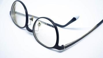 une jambe de lunettes cassée isolé sur fond blanc
