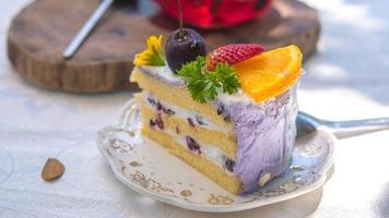 Close up tranche gâteau aux fruits d'anniversaire dans la plaque photo