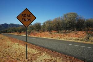 signe de fin de route près d'une route