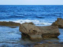 roches et vagues bleues photo