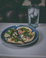 pizza sur une assiette bleue photo
