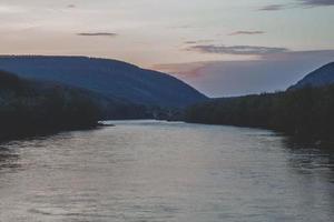 rivière à l'heure d'or