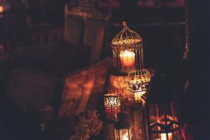 bougies dans des cages métalliques