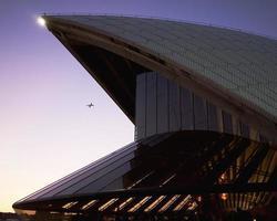 Sydney, Australie, 2020 - avion volant dans le ciel près de l'opéra de sydney