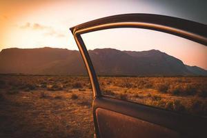 porte de voiture s'ouvrant dans un désert