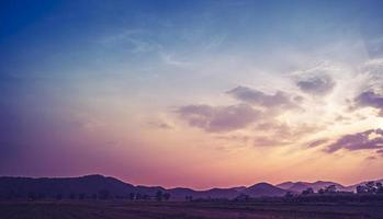 paysage rural panoramique avec des montagnes vaste ciel bleu. chaînes de montagnes sous le ciel bleu et les nuages.