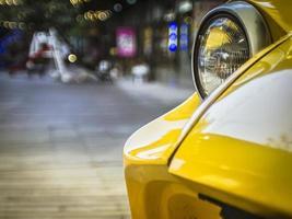 gros plan sur la vieille voiture vintage, lumière avant. photo