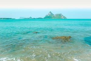 mer bleue et montagnes photo