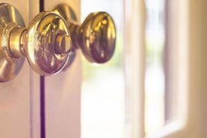 gros plan de poignée en métal sur une vieille porte en bois, bouton de porte doré. gros plan de poignée en métal sur une vieille porte en bois, bouton de porte doré. photo
