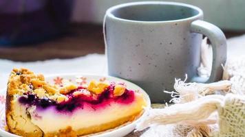 Cheesecake aux myrtilles avec café