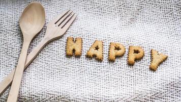 biscuits heureux avec des ustensiles