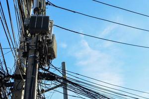encombrement de câbles situé sur les poteaux électriques