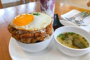 riz frit au kimchi avec œuf frit et porc. style de cuisine coréenne. photo