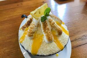 Dessert aux fruits au citron bingsu pour étancher la soif. photo