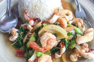 crevettes au basilic. nourriture à la carte populaire parmi les thaïlandais.