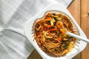 nouilles sautées avec sauce hong kong photo