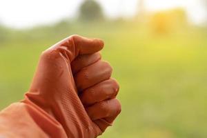 une poignée d'agriculteurs qui portaient des gants.