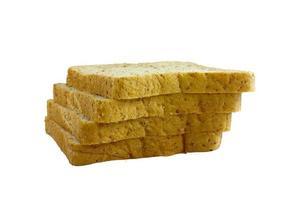 pile de pain de blé entier sur fond blanc isolé.