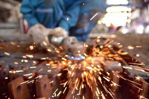 Résumé des étincelles volant de métallurgiste photo