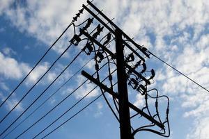 lignes téléphoniques contre un ciel bleu photo