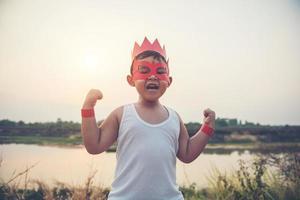 super garçon montrant ses puissants bras volants