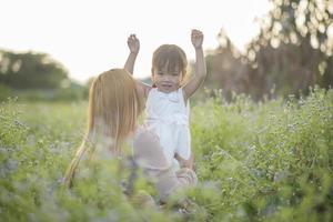 mère et petite fille jouant ensemble dans un pré photo
