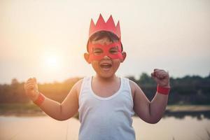 super garçon montrant ses puissants bras volants photo