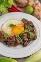 foie de basilic sauté avec œuf au plat