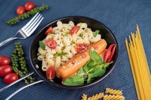macaroni frit et saucisse dans une poêle photo