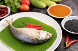 poisson maquereau avec nouilles de riz et légumes photo