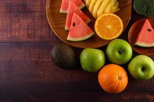 pastèque colorée, ananas, oranges à l'avocat et aux pommes