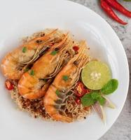 nouilles et crevettes sur une assiette blanche photo