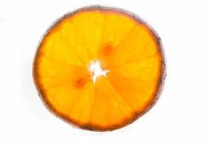 tranche d'orange sur fond blanc