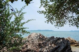 roches sur une plage en thaïlande