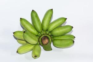bananes vertes sur fond blanc photo