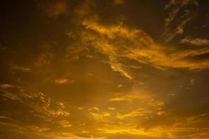 nuages dans le ciel au coucher du soleil photo