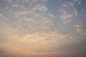 nuages dans le ciel au lever du soleil photo