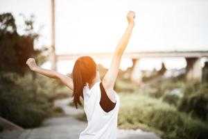 Jeune femme en bonne santé se réchauffant à l'extérieur pour la formation photo
