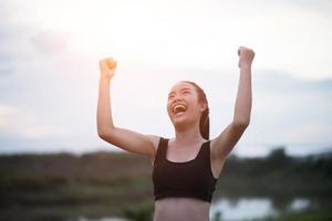 happy smiling teen athlétique avec les bras tendus photo