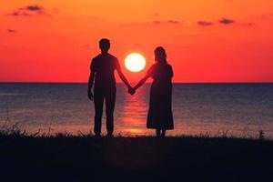 silhouette d'un couple au coucher du soleil photo