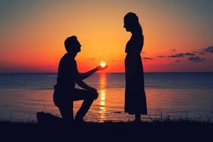 deux personnes au coucher du soleil photo